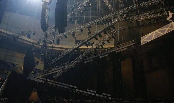 突发!前女团成员舞台被绊倒,网友吐槽:灯光太暗了!